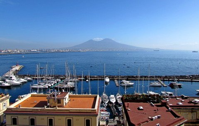 Blick auf den Hafen Santa Lucia vom Castel dell'Ovo in Neapel (© Umberto - Portanapoli.com)