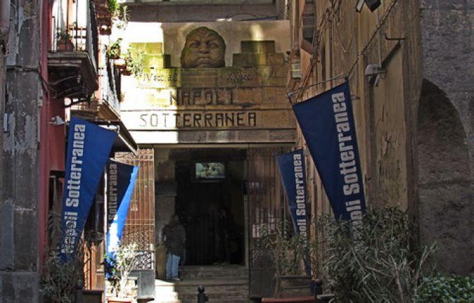 Eingang zum unterirdischen Neapel an der Piazza San Gaetano (© Umberto - Portanapoli.com)