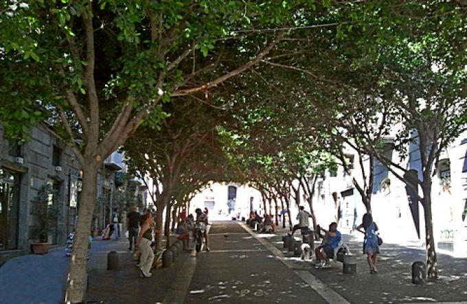 Die Fußgängerzone in Neapel-Chiaia ist schön schattig (© Redaktion - Portanapoli.com)