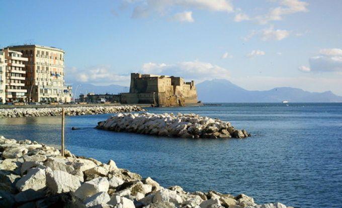 Via Partenope und Castel dell'Ovo in Neapel (© Francesca - Portanapoli.com)