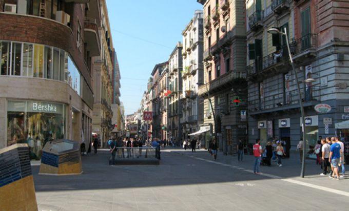 In der Via Toledo in Neapel haben einige Geschäfte auch sonntags geöffnet (© Redaktion - Portanapoli.com)