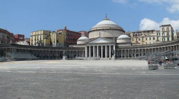 An Sylvester verwandelt sich die Piazza Plebiscito in Neapel in eine Konzertbühne (© Umberto - Portanapoli.com)