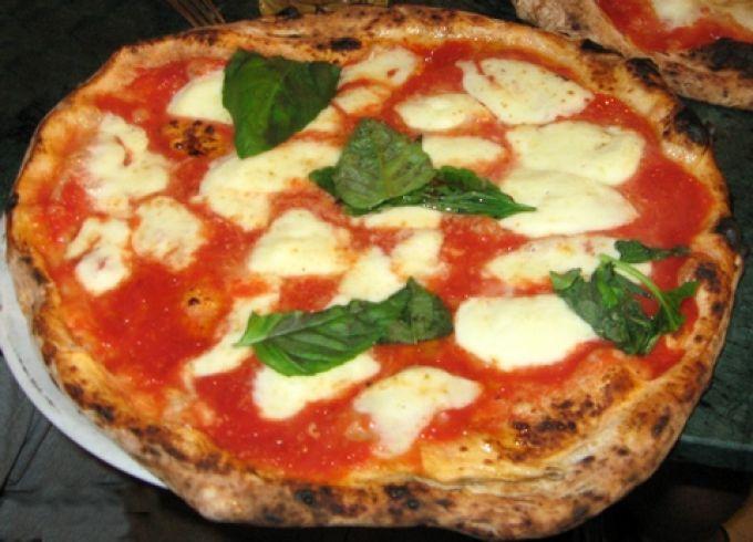 Ein Klassiker in Neapel: Pizza Margherita mit Tomaten, Mozzarella und Basilikum (Portanapoli.com)