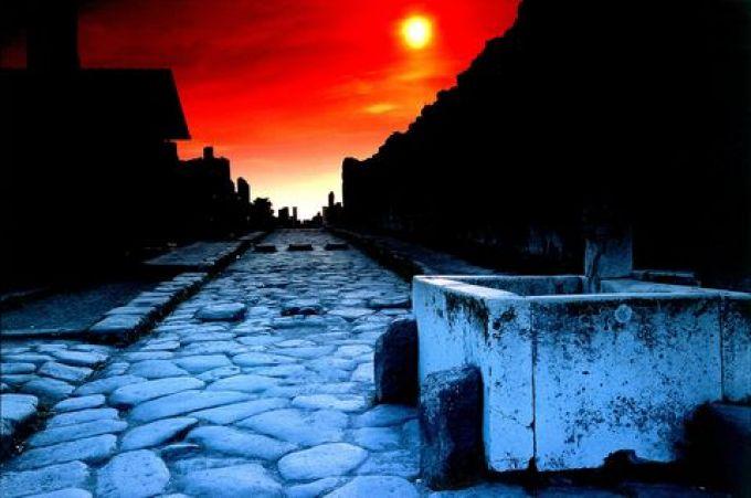 Nachts in Pompeji (© De Agostini Picture Library - Fototeca ENIT)