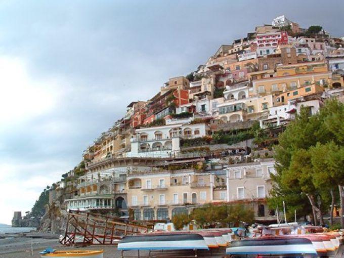 Blick auf Positano vom Strand Marina Grande (© Bruno - Portanapoli.com)