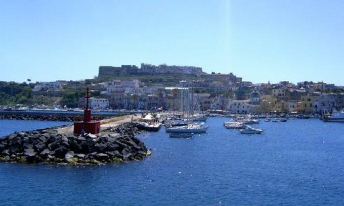 Einfahrt in den Hafen von Procida (© Redaktion - Portanapoli.com)