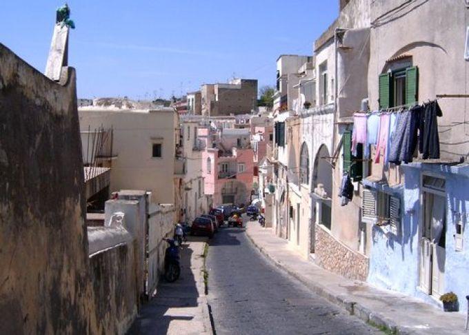 Die Karfreitagsprozession führt durch die Via San Rocco (© Redaktion - Portanapoli.com)