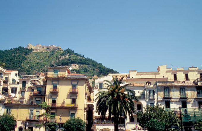 Pizza Amendola in Salerno, unter dem Castello Arechi (©Vito Arcomano - Fototeca ENIT)