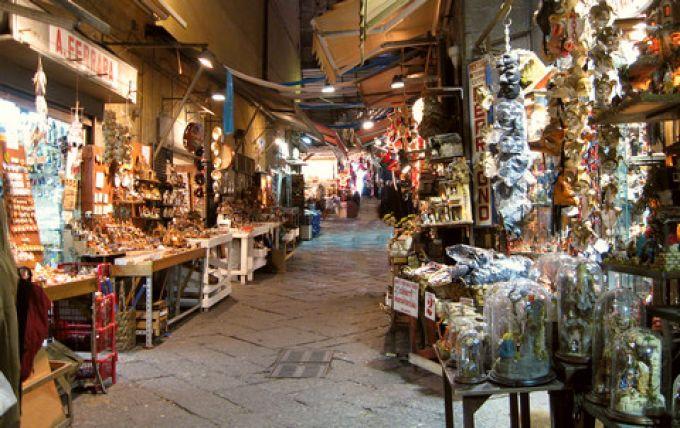 In der Via San Gregorio Armeno reihen sich die Krippengeschäfte aneinander (© Redaktion - Portanapoli.com)