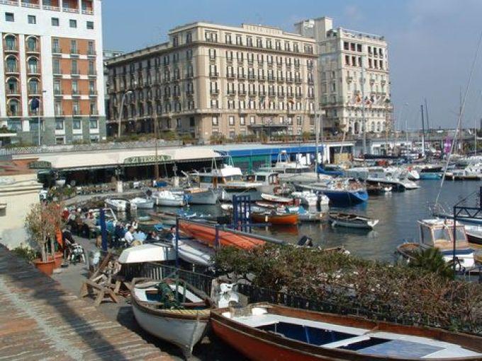 Am Yachthafen Santa Lucia läßt sich köstlich speisen (© Bruno - Portanapoli.com)
