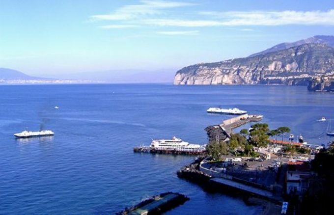 Vom Hafen in Sorrent fahren Tragflügelboote und Fähren an den ganzen Golf von Neapel                (© Redaktion - Portanapoli.com)