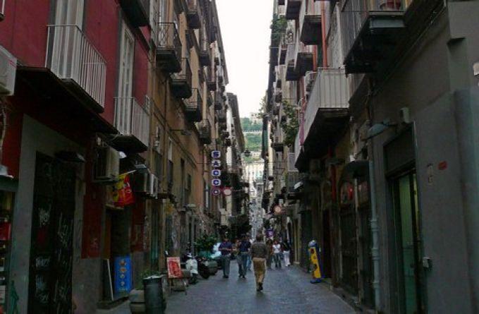 Altstadt Neapel: Spaccanapoli Richtung San Martino (© Redaktion - Portanapoli.com)