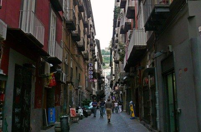 Spaccanapoli in Neapel mit Blick auf den Hügel San Martino (© Umberto - Portanapoli.com)