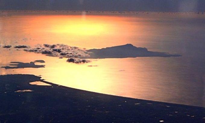 Aus dem Flugzeug sieht man einen wunderschönen Sonnenuntergang bei Ischia und Procida (© Redaktion - Portanapoli.com)