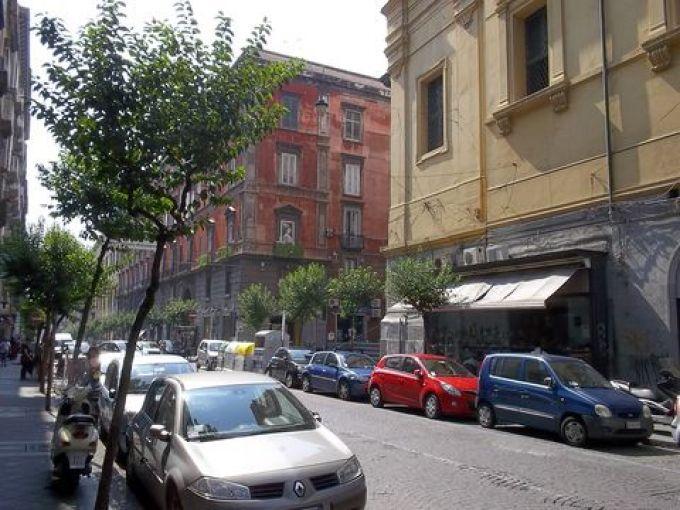 Nicht nur in der Via Duomo sind die Parkplätze in Napoli knapp (© Umberto - Portanapoli.com)