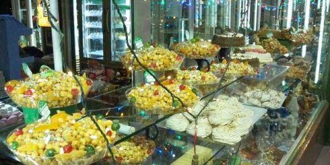 In der Weihnachtszeit gibt es in neapolitanischen Konditoreien Struffoli (© Redaktion - Portanapoli.com)