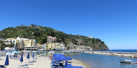 Strand bei Lacco Ameno auf der Insel Ischia (© Francesca - Portanapoli.com)
