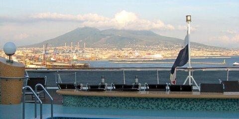 Bei der Einfahrt in den Hafen von Neapel hat man den Vesuv stets im Blick (© Redaktion - Portanapoli.com)