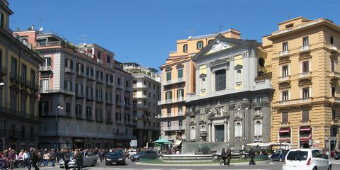 Piazza Trieste e Trento mit der Kirche San Ferdinando (© Redaktion Portanapoli.com)