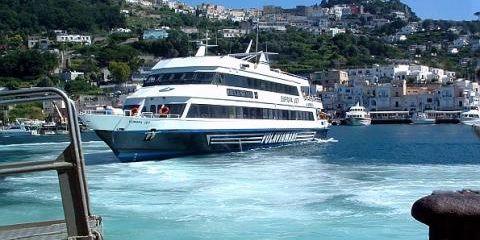 Aliscafo vor dem Hafen Marina Grande der Insel Capri (© Portanapoli.com)