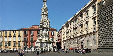 Mitten auf der Piazza thront ein riesiger Obelisk (© Redaktion Portanapoli.com)