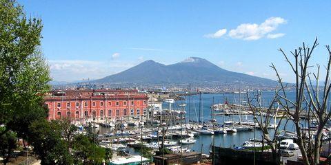 In der Nähe der Piazza Plebiscito hat man einen schönen Blick auf den Vesuv (© Redaktion - Portanapoli.com)