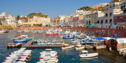 Der Hafen von Ponza ist die Bühne des Insellebens (© claudiozacc - Fotolia)