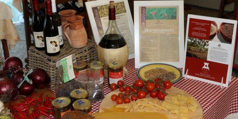 Cilento-Produkte: Rote Zwiebeln, Peperoncino, Rotwein, Feigenkonfitüre, getrocknete Feigen,eingelegte Sardellen, Maracuoccio, Pasta und aromatische Tomaten