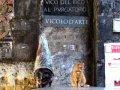 Netter Empfang: Pulcinella und ein Rottiger begrüßen die Gäste in der Altstadt (© Umberto - Portanapoli.com)